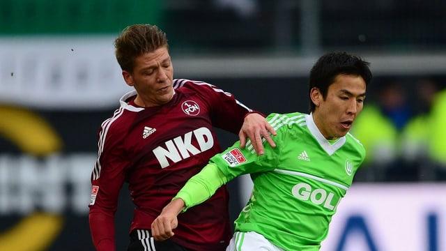 Der Nürnberger Mike Frantz im Zweikampf mit Makoto Hasebe.