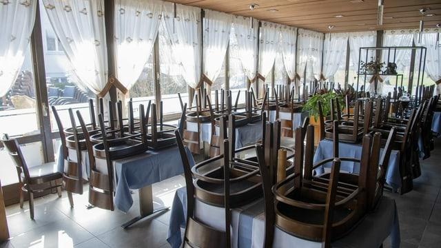 Stühle auf Tischen in geschlossenem Restaurant