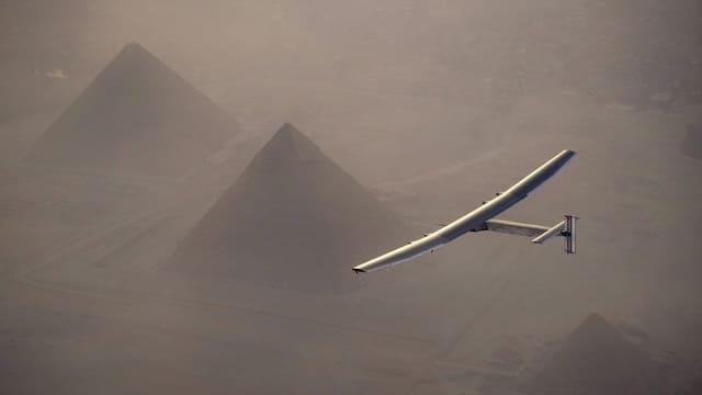 Purtret da la Solar Impuls en l'aria sur las piramidas da Gizeh