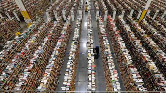Lange Regalreihen in Amazons Versandzentrum.