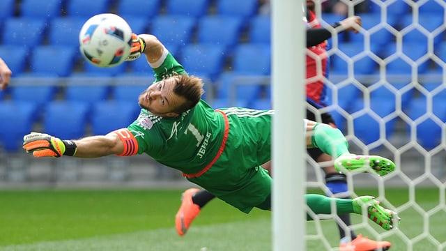 An Peter Jehle fliegt ein Ball vorbei.