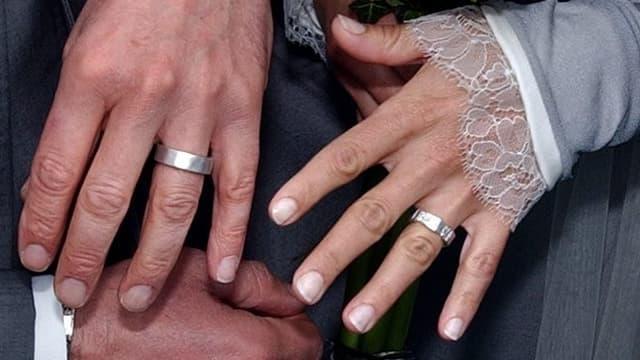 Zwei Hände, zwei Ringe.