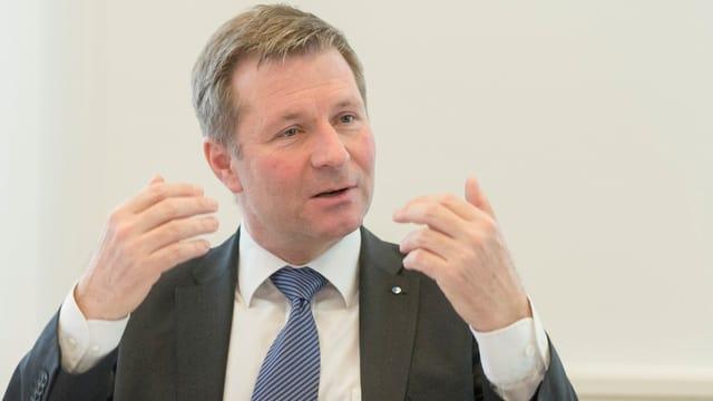 Luzerner Finanzdirektor Marcel Schwerzmann referiert anlässlich einer Medienkonferenz.