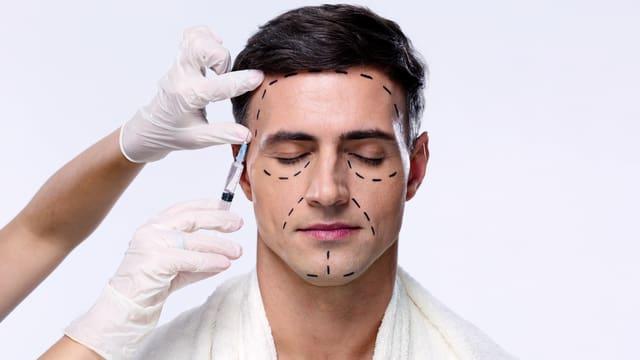Mann bekommt eine Botoxspritze.