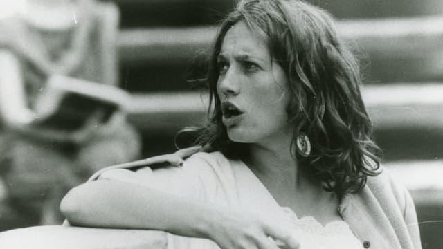 La giuvna Corin Curschellas durant il teater vid giugar
