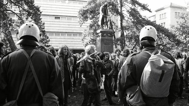 Protest mit Querflöte. Aufgenommen während einer Demonstration 1980.
