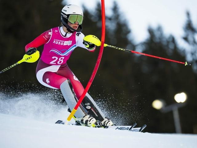 Amélie Klopfenstein fährt Slalom
