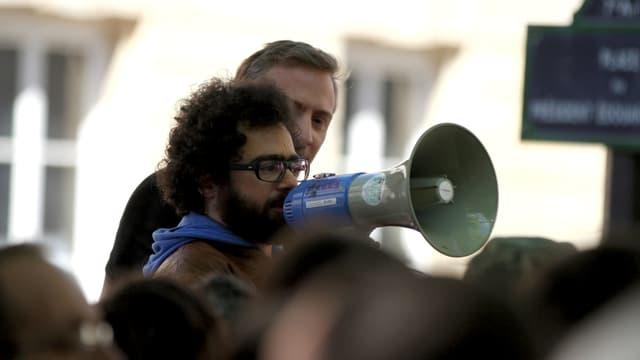 Aktivist und Hacker Jérémie Zimmermann bei einer Kundgebung.
