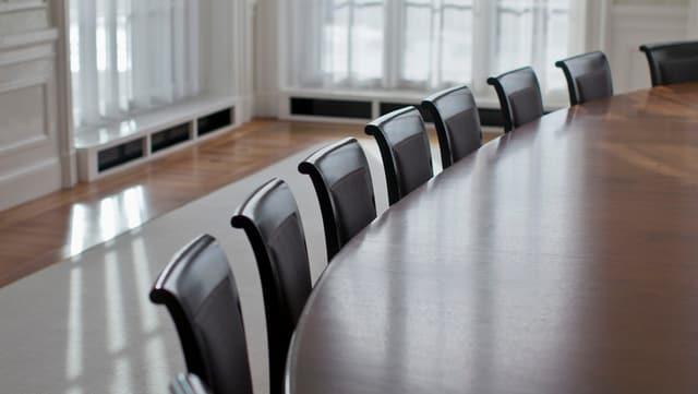 Tisch und Stühle in einem Sitzungszimmer