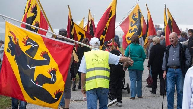 Personen mit Berner Flaggen.