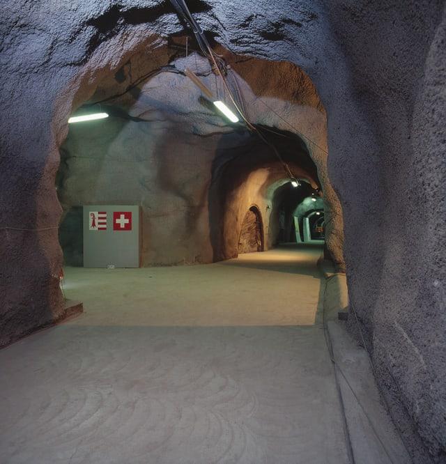 Beleuchtete Höhle mit verschiedenen Ausgängen