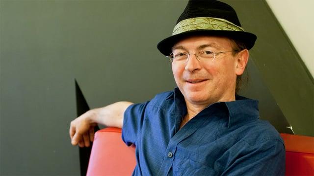 Porträt von Seth Lloyd mit schwarzem Hut.