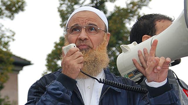 Abu Ramadan redet in ein Megaphon