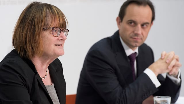 Anne Héritier Lachat und Mark Branson bei der Medienkonferenz im Medienzentrum des Bundeshauses.
