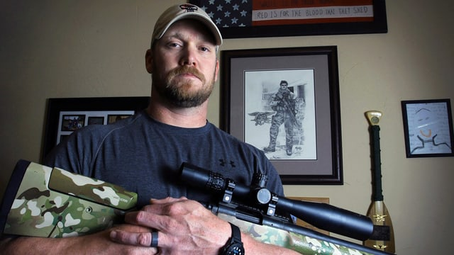 Chris Kyle mit einem Gewehr in der Hand