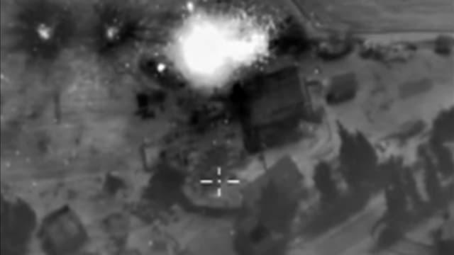 Luftaufnahme des russischen Verteidigungsministeriums mit Fadenkreuz und Einschlag (schwarz-weiss)
