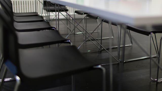 Leere Stühle im Sitzungszimmer.