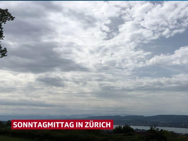Der Himmel ist mit vielen, relativ hellen Wolken übersäht, dazwischen gibt es kleine blaue Lücken.