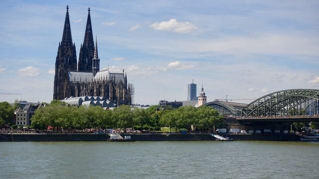 Der Rhein mit Deutzer Brücke und Dom in Köln.