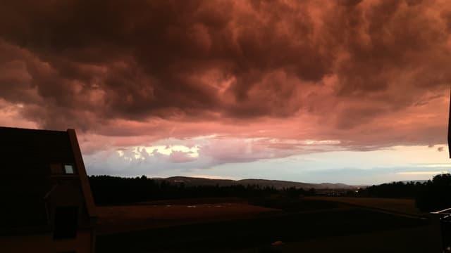 Rot-schwarze Gewitterwolken liegen über dem Zürcher Oberland