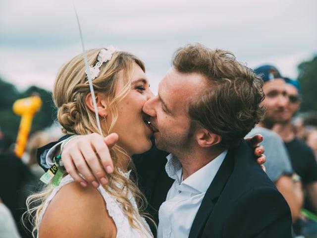 Mike und Aline haben gerade geheiratet