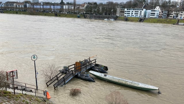 Steg im Rhein unter Wasser.