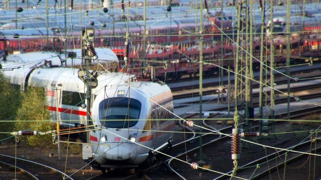 In tren da la Deutsche Bahn sin ina staziun.