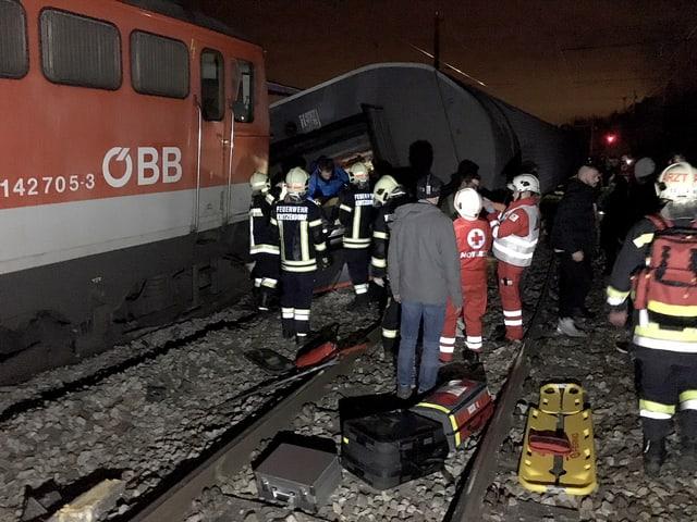 Rettungskräfte bei der Bergung der Passagiere