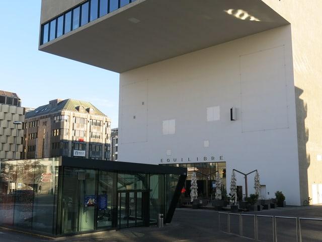 Einstöckiger Notausgang des Einkaufszentrums vor dem Equilibre.
