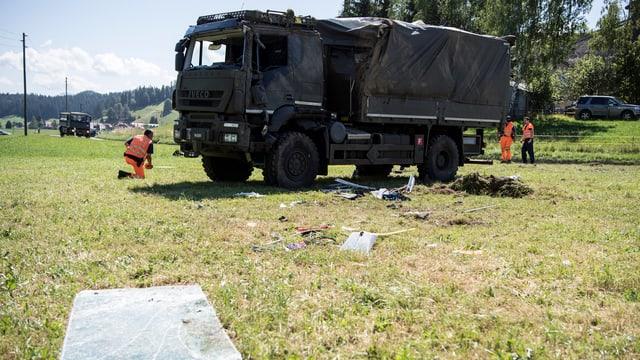 Polizisten knien vor Lastwagen