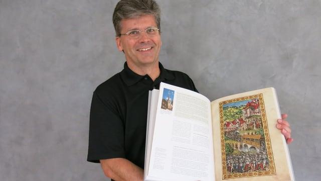 Stefan Ragaz mit einem Exemplar seines Buches.