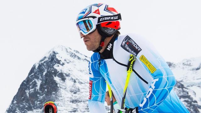 Bode Miller blickt in die Berner Oberländer Bergwelt.