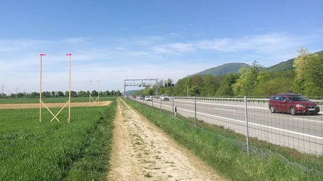 Bauprofile neben Autobahn