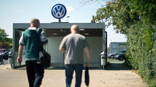 dus umens sin via a la lavur en la fabrica da VW a Wolfsburg