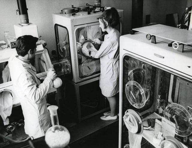 Zwei Forscher am Zentralinstitut für Kernforschung Rossendorf.
