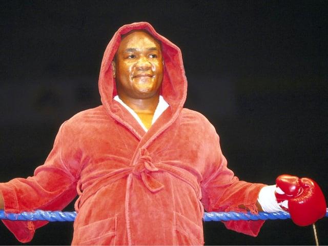 Der Boxer, der seinen ersten Schwergewichtstitel 1973 gewann und später den legendären Kampf «Rumble in the Jungle» gegen Muhammed Ali verlor, trat 1977 zurück. Zehn Jahre später kam er wegen finanziellen Problemen zurück. 1994, wurde er erneut Weltmeister – mit 45 Jahren der älteste in der Geschichte. Nach 20 Jahren hatte er seinen Titel zurück.