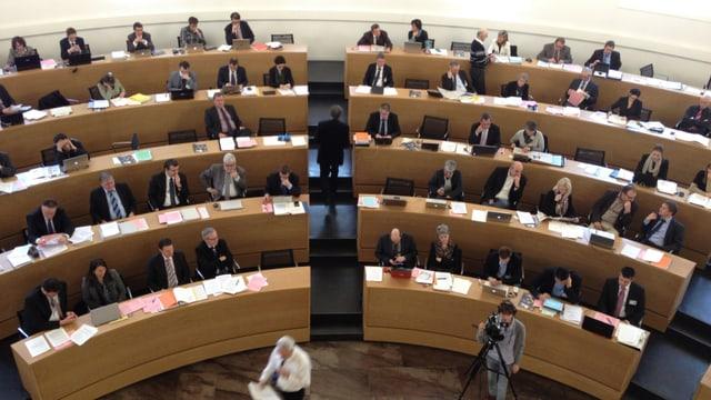 Blick von der Pressetribüne auf den Grossrats-Saal in Aarau und auf die Sitzreihen der Politiker.