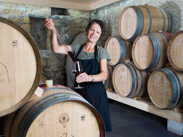Anni Simonet im Weinkeller.