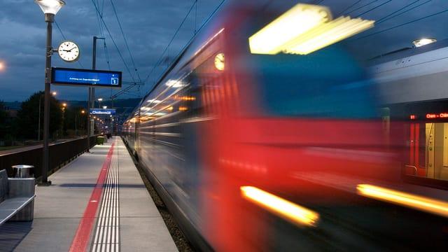 Im Bahnhof Zug fährt ein Zug durch.