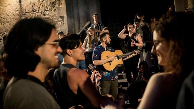 Lachende junge Menschen mit Gitarre