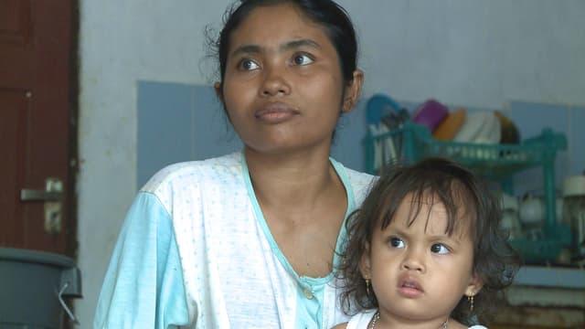 Frau mit Kind im neuen Zuhause.
