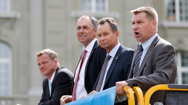 Die Parteipräsidenten der CVP, BDP, FDP und SVP stehen nebeneinander auf einer Plattform.