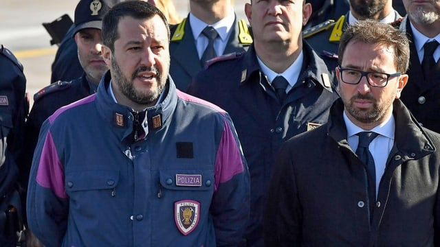 Salvini mit Uniformierten