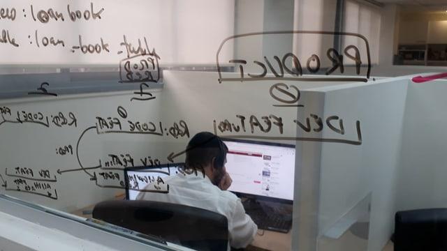 Ein Haredi-Mann an seinem Arbeitsplatz bei der Firma Weel