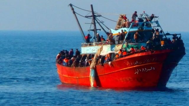 Flüchtlinge auf einem Schlepperschiff
