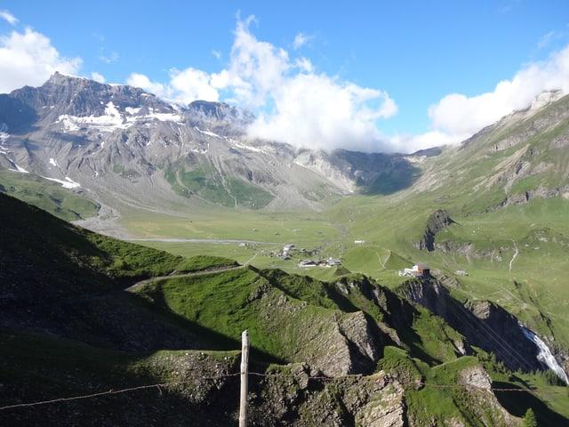 grüne Fläche und Berge