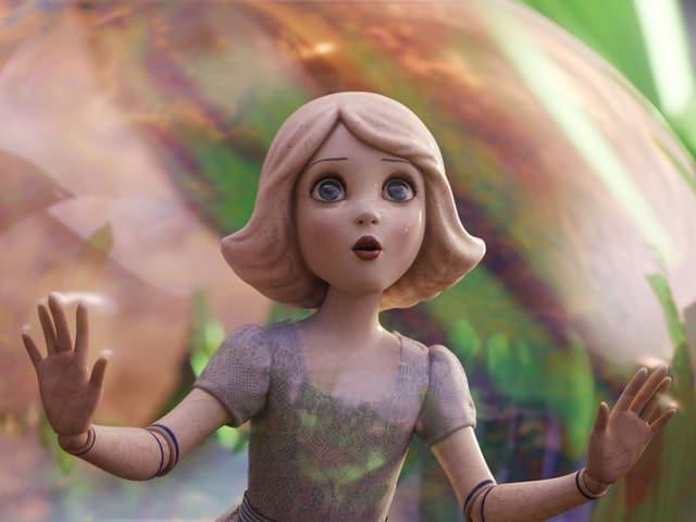 Joey King als erstaunte Prinzessin aus Porzellan.
