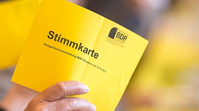 Eine Stimmkarte mit dem BDP-Logo.