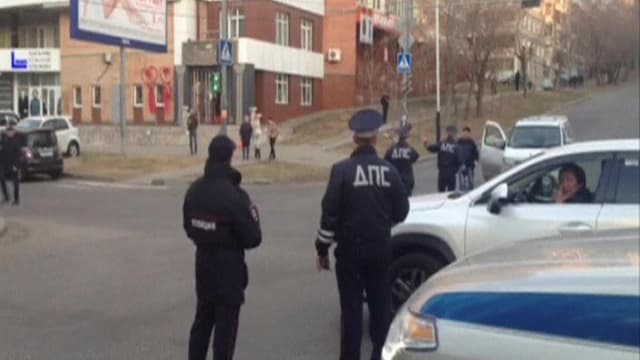 Purtret da dus policists che stattan en via.