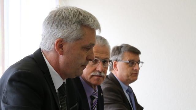 Mathias Bundi, Arnold Bachmann e Urs Kellenberger (da san.) durant la radunanza generala.